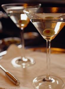 Der regelmäßige Konsum von Alkohol lässt den Harnsäurewert ansteigen. Dadurch kann ein akuter Gichtanfall ausgelöst werden. gefunden auf: https://www.was-ist-gicht.de/