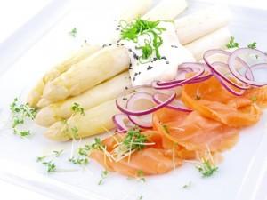 Nahrungsmittel wie Spargel oder einige Fischsorten sind ebenfalls sehr purinreich. Auf diese sollte weitestgehend verzichtet werden. gefunden auf: https://www.was-ist-gicht.de/ernaehrung.html